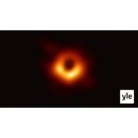 Logo of the podcast Fysiikan Top 10 läpimurrot - kuva mustasta aukosta, kvanttiherruus ja symmetriarikot