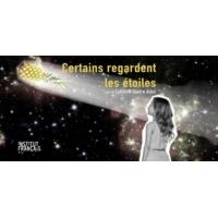"""Logo du podcast """"Certains regardent les étoiles"""" en tournée au Maroc."""